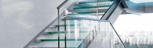 Szklane schody – piękno i bezpieczeństwo w Twoim domu