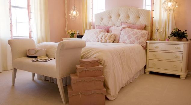 Jasna sypialnia z pikowanym łóżkiem – pomysł na sypialni...